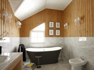 Необычный интерьер в ванной за счет комбинирования разной отделки и покрытий.